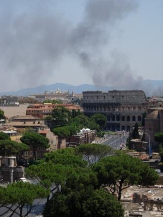 FOTO 3. El Coliseo en llamas